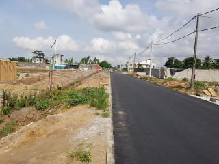 Plusieurs lots plats route abatta accès bitumé