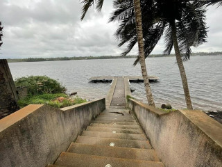 Assinie mafia bordure de lagune vente belle villa sur 3000m2